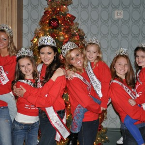 Illinois sister queens in front of a Christmas tree