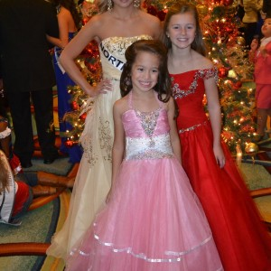 North Texas Girls - Kendyl, Justice and Jianna smiling by the tree.